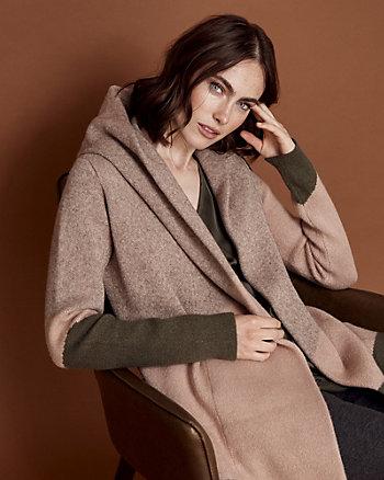 Manteau de tricot à capuchon